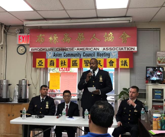 72分局局長蔣莎樂(左一起)、布祿崙華協會會長麥保羅、奧爾、伯彬說明日落公園治安。(記者黃伊奕╱攝影)