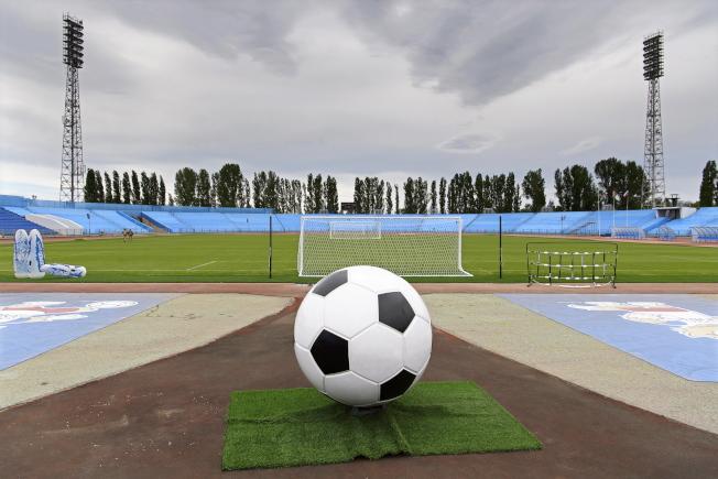 2018年世足賽14日開踢。圖為比賽前夕魚雷體育場上空戰雲密布。(歐新社)