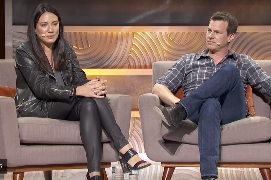 《西部世界》的編劇麗莎喬伊 ( Lisa Joy )(左起)與強納森諾蘭 ( Jonathan Nolan) 。(截圖自E3 Coliseum影片)