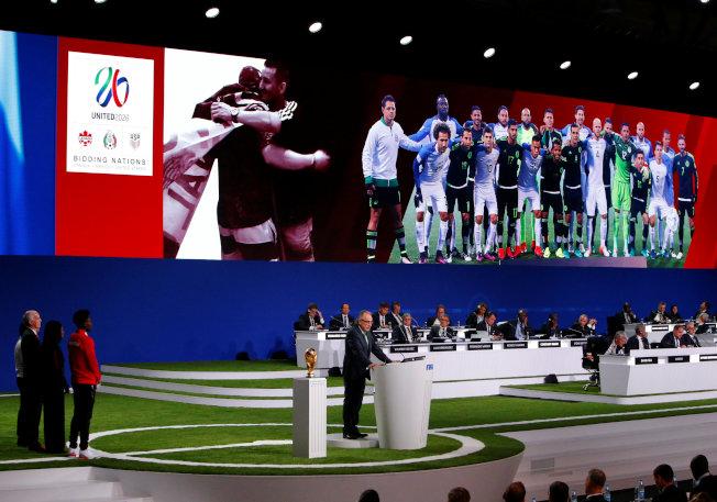 2026年世足賽由美墨加三國合辦,圖為三國在爭取主辦權時推出的多媒體介紹。(路透)