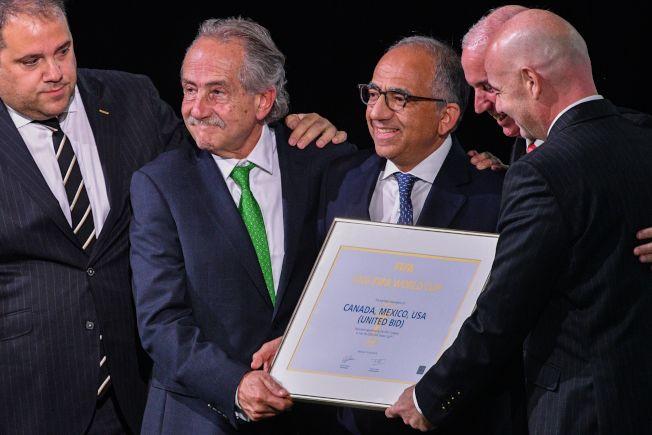 國際足聯把主辦權證書頒給美墨加三國足協主席。(Getty Images)
