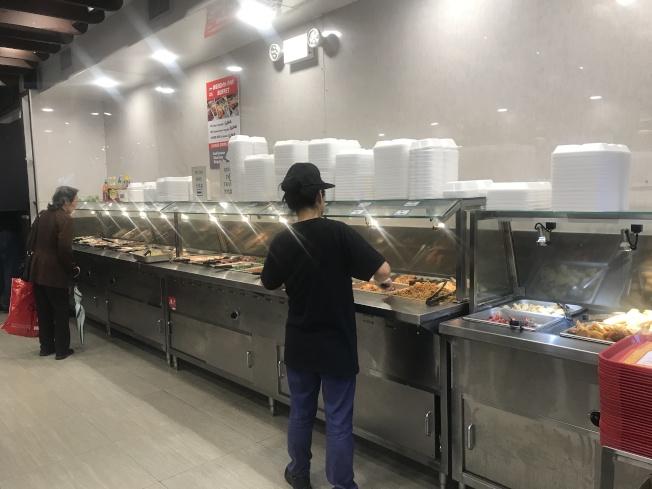 白思豪13日發表聲明,從2019年起全市將禁止使用保麗龍材質的餐具。(記者牟蘭/攝影)