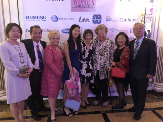 繆欣偉(左五)榮獲「皇后區商界女強人」,多位好友到場支持,右三為舒曼。(記者朱蕾/攝影)