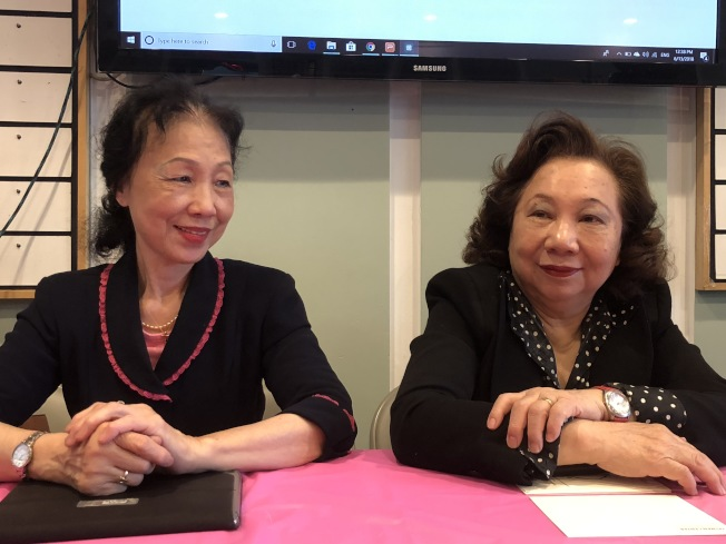 方秀蓉(右)指出,台灣會館32周年慶活動將邀請華人移民醫師和台灣學者演說。(記者林群/攝影)