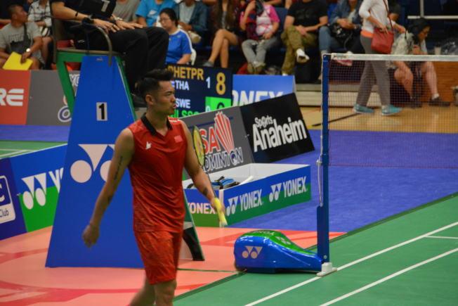 中國羽球著名選手林丹在2018美國羽球公開賽與韓國選手李東根比賽時,先失去第一局,第二局到12比19落後時,表示傷痛棄賽。(記者啟鉻/攝影)