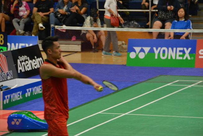 中國羽球著名選手林丹在2018美國羽球公開賽中與韓國選手李東根比賽時,先失去第一局,第二局到12比19落後時,表示傷痛棄賽。(記者啟鉻/攝影)