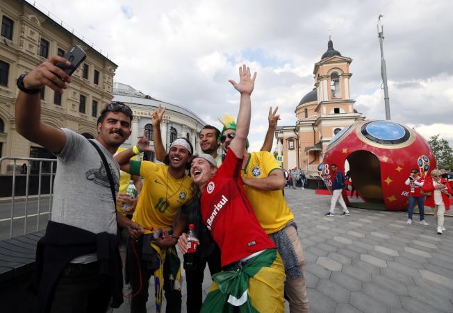 世足賽登場,吸引全球大批球迷湧入俄國。(歐新社)
