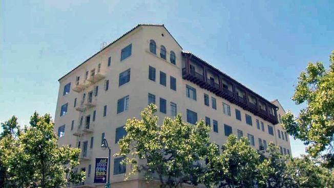 巴洛阿圖市中心這棟公寓已被地產商買下,並改建為豪華旅館,公寓內的75戶人家已經接到逼遷通知書。(電視新聞截圖)