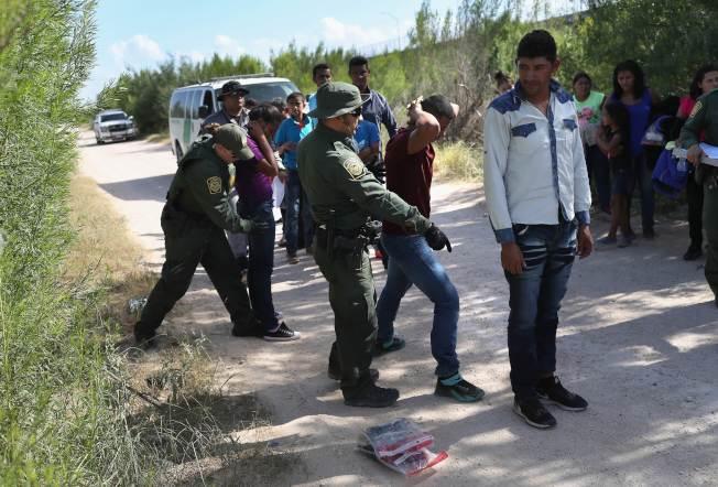 美國邊界巡邏探員在美墨邊界查獲大批無證移民,其中許多家庭帶著孩童。(Getty Images)