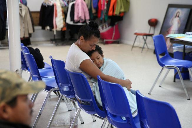 剛從拘留中心釋放的無證移民母親抱著幼子抵達德州麥卡倫一個天主教慈善機構。(路透)