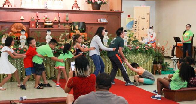 佛光山光明寺中文學校結業典禮中,學生表演節目之一。(俞孟貞提供)