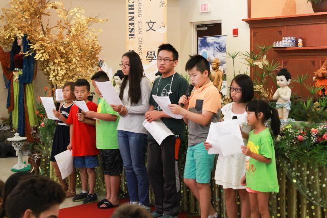 佛光山光明寺中文學校椰葉典禮中,學生表演節目之一。(俞孟貞提供)