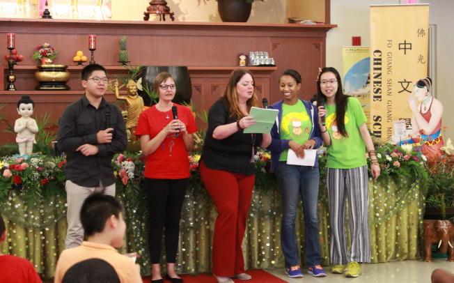 佛光山光明寺中文學校結業典禮,學生表演節目之一。(俞孟貞提供)