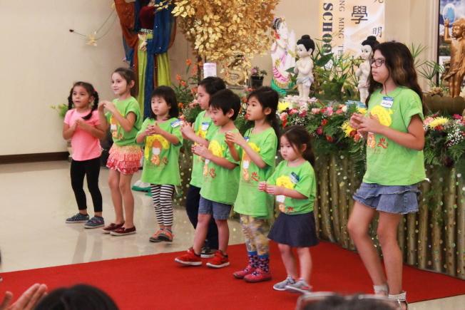 佛光山光明寺中文學校兒童啟蒙班表演「幸福的臉」。(俞孟貞提供)