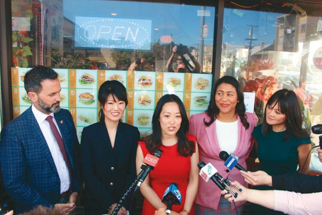 湯凱蒂(中)推舉自己的立法助理何鍾靈(左二)出戰日落區市議員選舉。溫和派官員安世輝(左)、布里德(右二)和朱嘉文(右一)站台支持。(記者李晗╱攝影)