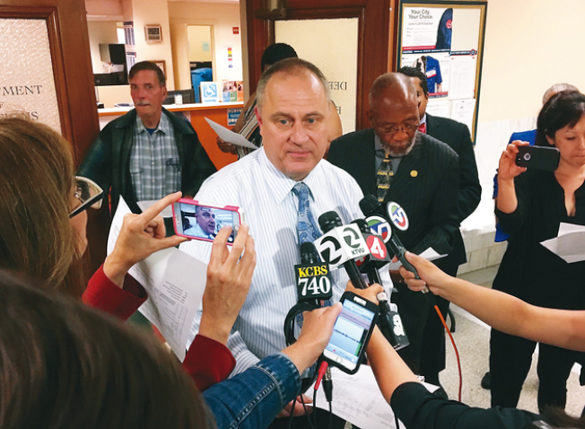 選務處處長艾茲表示,市長選舉最終結果尚未出爐。(記者李晗╱攝影)
