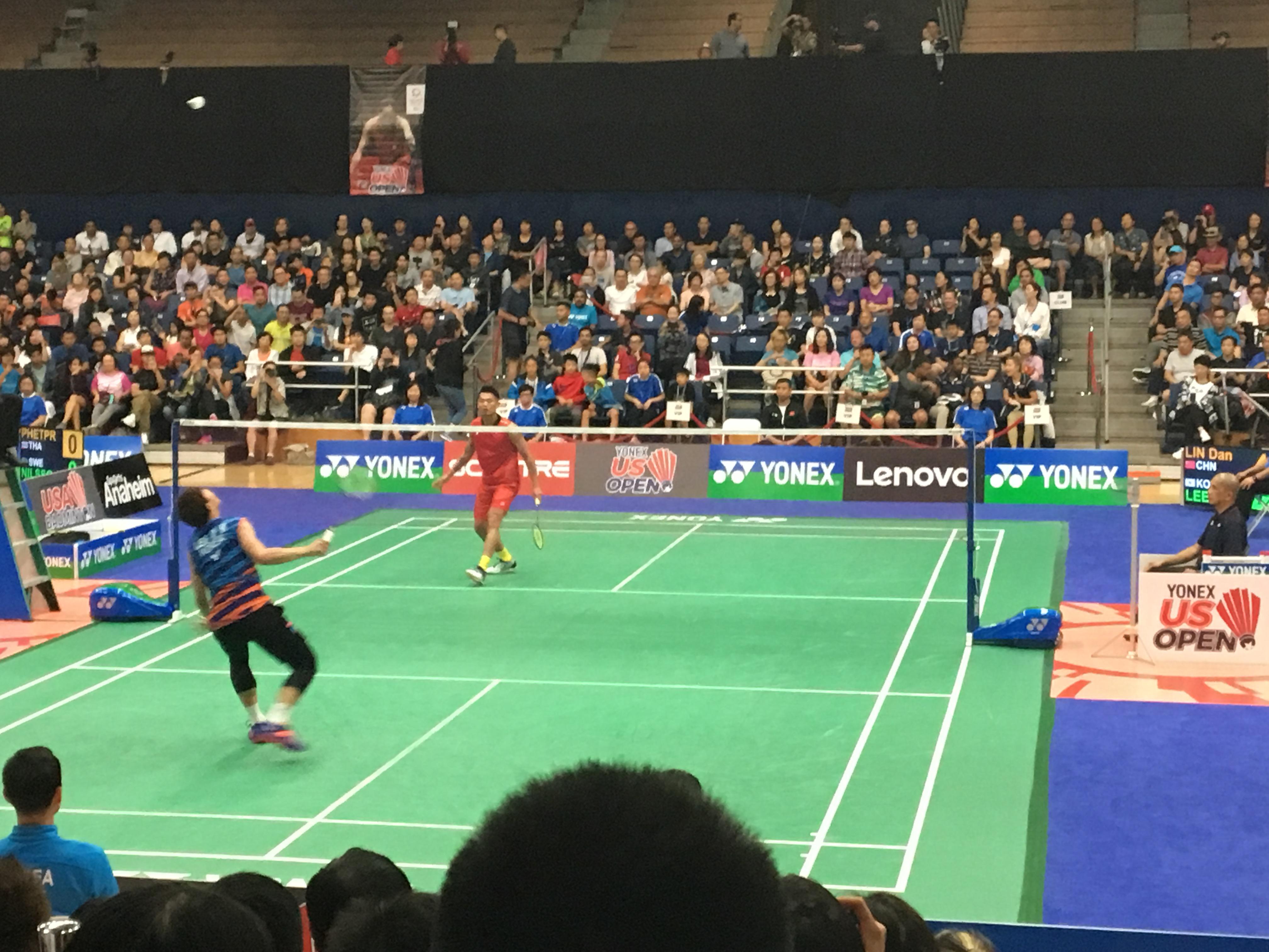 中國羽球選手林丹(面對鏡頭紅衣者)與韓國選手李東根單打比賽中。(記者啟鉻/攝影)