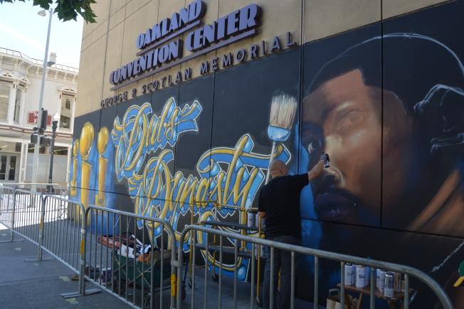 獨立畫家丘可(Norman'Vogue' Chuck)為了慶祝勇士奪冠和遊行,也在屋崙勇士訓練中心所在的萬豪酒店大樓牆壁上,繪就問鼎壁畫。(記者劉先進╱攝影)