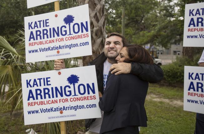 支持川普總統的南卡羅來納州國會眾議員凱蒂‧艾瑞頓(右),與支持者擁抱。(美聯社)