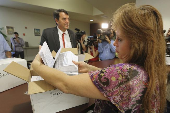 加州州務卿12日在一份備忘錄中證實,矽谷知名投資人德雷波(左)把加州一分為三(Cal-3)提案,已獲得足夠有效簽名,將成為11月6日選票中一個選項。(美聯社)