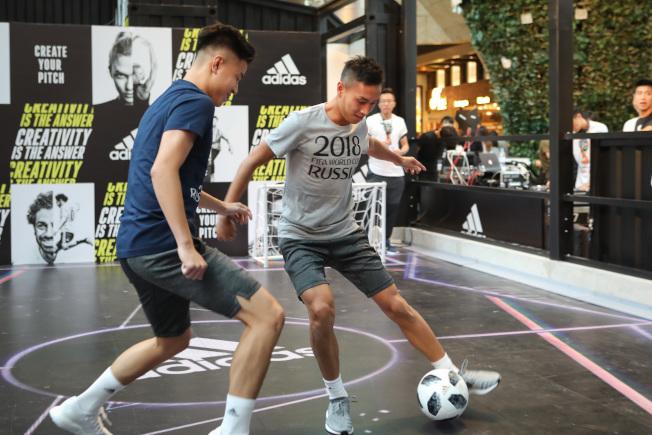 香港掀起一片世足熱,港超球員黃梓浩(右)及林樂勤(左)日前出席在香港旺角舉行的「2018俄羅斯世界杯Create Your Pitch」活動。(中通社)