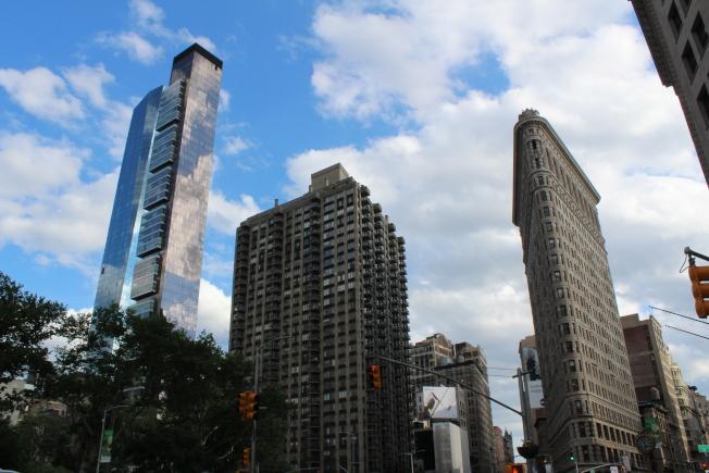 麥迪遜廣場公園與熨斗大廈和新建摩天住宅樓。(記者劉大琪/攝影)