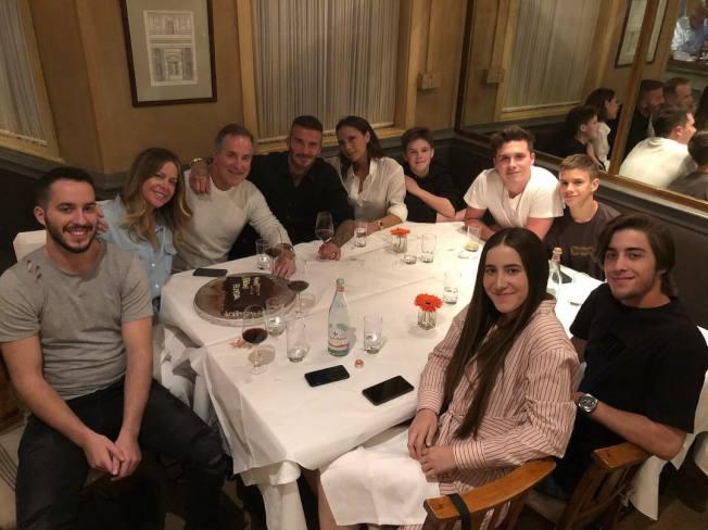 大衛貝克漢(後排左四)發布和妻子維多利亞(後排右四)及兒子們聚餐照片,有意駁斥離婚傳言。(取材自Instagram)