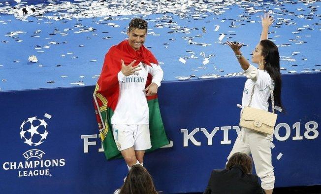 C羅(左)與女友,慶祝歐冠杯封王。 美聯社