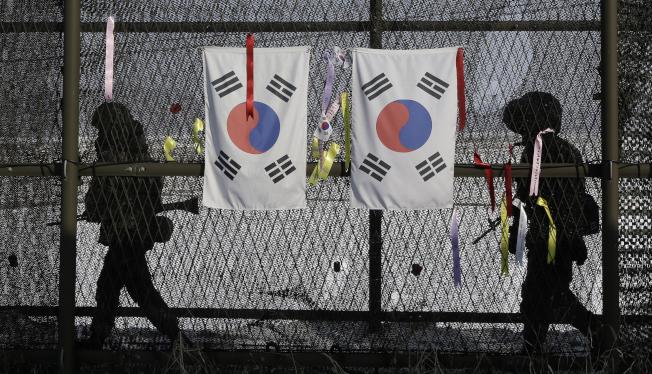 南韓陸軍軍人在坡州市的臨津閣巡邏,此處距離兩韓停戰區不遠。(美聯社)