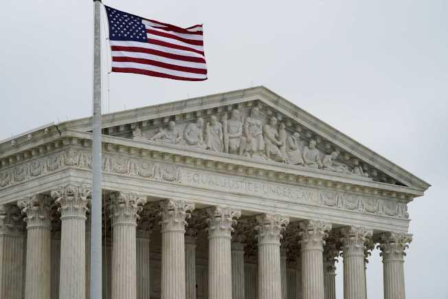 美國最高法院14日上午以7票對2票表決通過,州法如果過度廣泛禁止選民穿著帶有政治訊息的服裝前往投票所投票,將構成違憲。圖為美國最高法院。路透