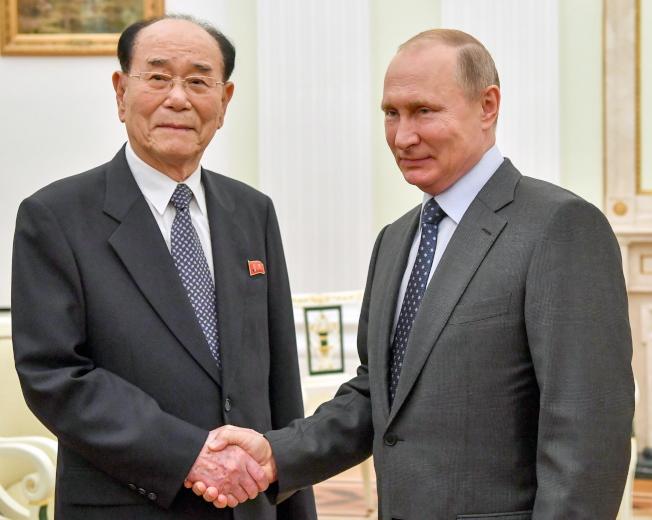 北韓最高人民會議常任委員會委員長金永南(左)今天在會見俄羅斯總統普亭。歐新社