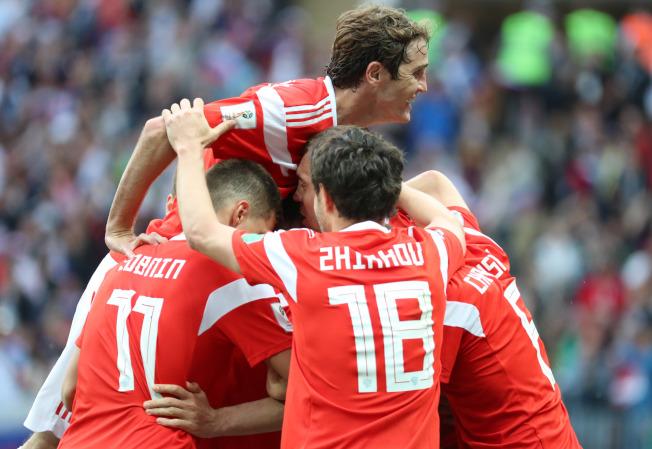 俄羅斯隊球員在比賽中慶祝第三顆進球。新華社