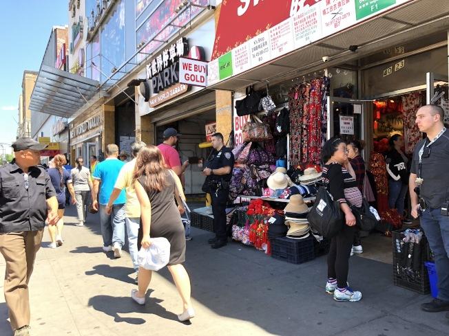 109分局為打擊盜版歪風現象,勒令緬街商場店家停業,要求業者配合警方進行進一步調查。(記者林群╱攝影)