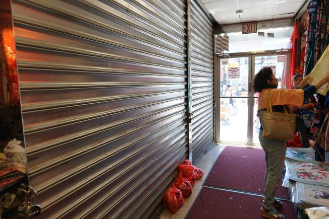 旺季購物中心其他商家業者表示,警方在接近中午時分到場進行突擊檢查,許多店家還沒開店所以對被警方查封的原因不甚了解。(記者林群/攝影)