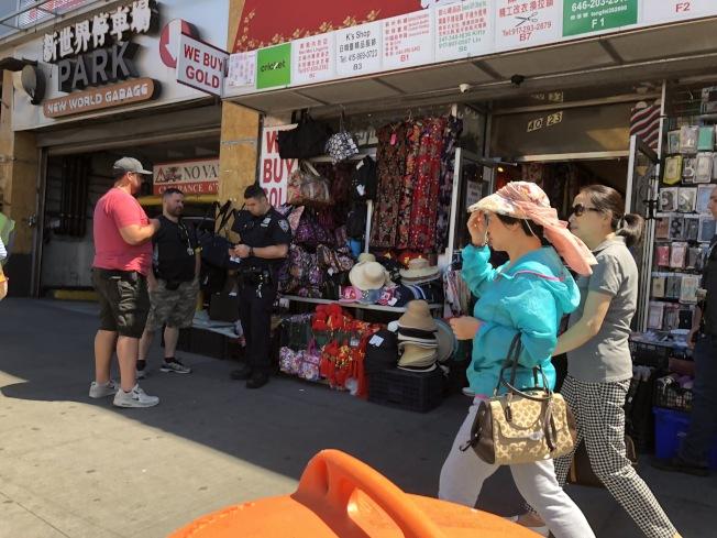 109分局為打擊盜版歪風現象,勒令緬街旺季商場門口店家停業,要求業者配合警方進行進一步調查。(記者林群/攝影)