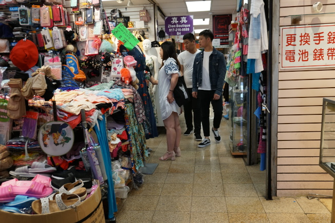 警方14日於旺季購物中心進行突擊檢查,因該商場門口的店家涉嫌販售假貨,因此勒令停業。(記者林群/攝影)