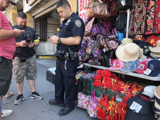 109分局為打擊盜版歪風現象,14日中午於緬街新世界商場旁的旺季購物中心進行突擊檢查。(記者林群╱攝影)