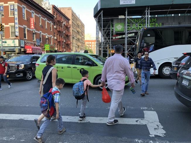 紐約州從15日起將開啟「行人安全」集中執法,對不禮讓行人車輛及亂闖紅燈行人開罰。(記者洪群超/攝影)