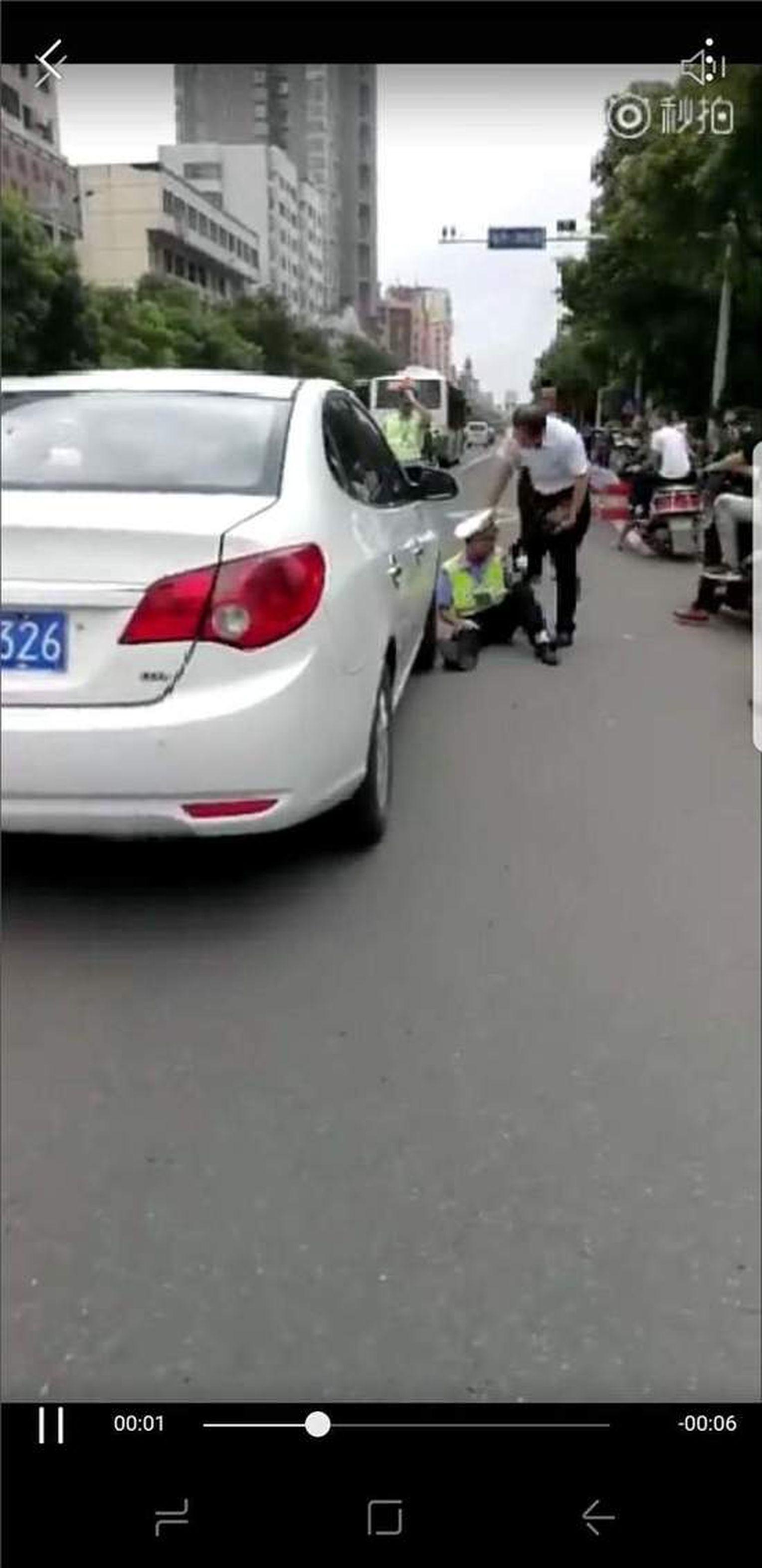 身著警服的男子倒地後,遲遲沒能站起。(視頻截圖)
