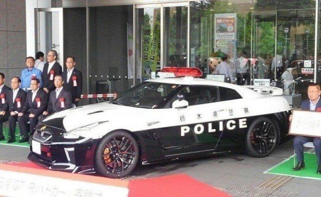 日本栃木縣警方獲贈日產汽車所生產的GT-R(R35)高級跑車,這台車被日本網友喻為「日本最強等級警車」,將用來對付惡意逼車及嚴重超速。 擷自SOCOM