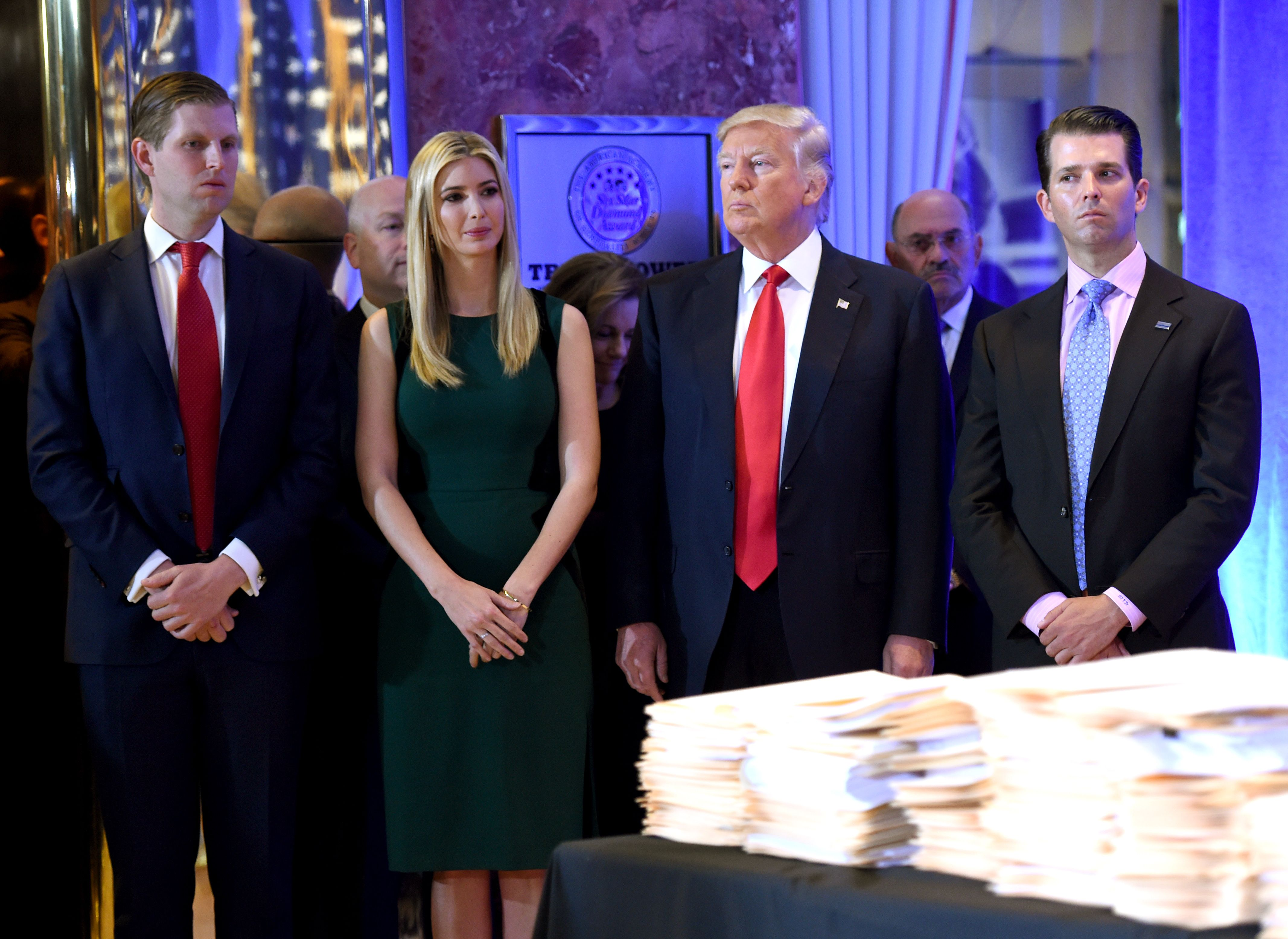 川普總統(右二)去年與女兒伊凡卡(左二)及兒子小唐納(右一)、艾瑞克在紐約川普大廈出席記者會。(Getty Images)