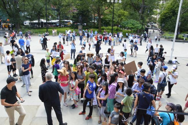 近千名學生和家長從布碌崙遊行至市政廳前,抗議取消SHSAT。(記者牟蘭/攝影)