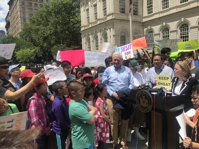 以學生為主力的抗議隊伍,遊行至市政廳前要求保留SHSAT。(記者牟蘭/攝影)