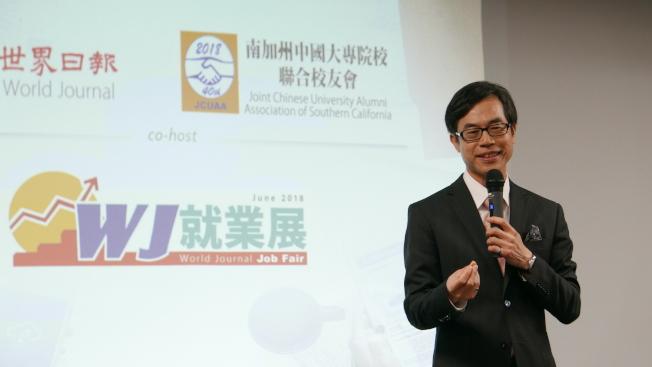 駐洛經文處副處長翁桂堂也到場,表示每早第一件事就是看世界日報。(記者李雪/攝影)