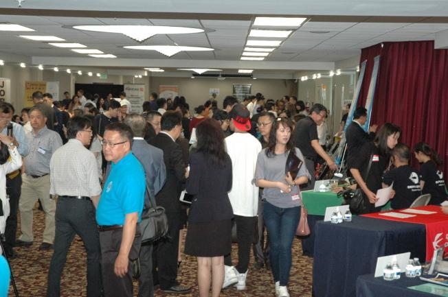 世界日報和南加州中國大專院校聯合校友會合辦的就業展,15日在世報熱烈舉行。(記者段海偉╱攝影)