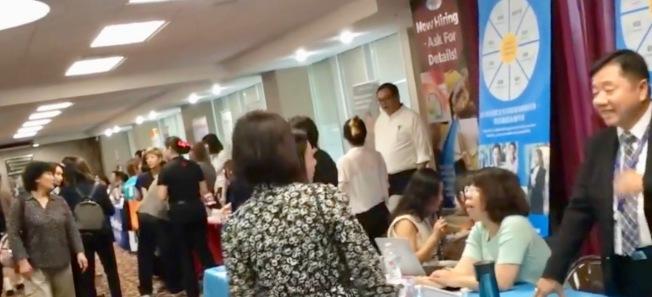 世界日報和南加州中國大專院校聯合校友會合辦的就業展,15日在世報熱烈舉行。(記者丁曙╱翻拍自影音)