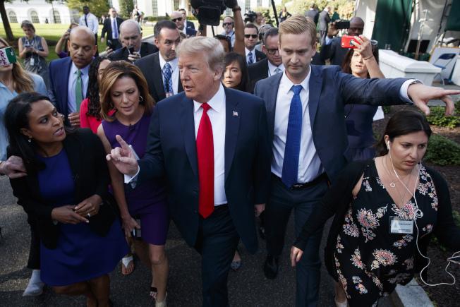 川普總統(中)15日疑因誤解,表示不支持眾院共和黨推動的移民改革法案,但白宮稍後澄清並聲明,川普支持溫和派的法案。(美聯社)