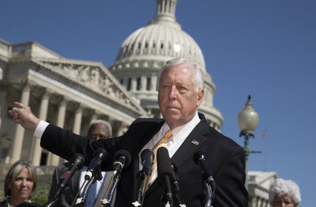 眾院民主黨黨鞭霍耶15日在國會山莊外,批評共和黨遲為採取行動保護「夢想生」。(美聯社)