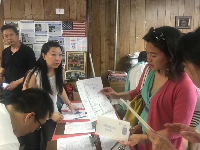 陳麗娜(後排右一)鼓勵民眾積極參與選民登記。(記者牟蘭/攝影)