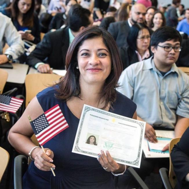 職業移民面試最近有「釣魚」問話的趨勢,職業移民沒有問卷模板,很難事先知道問話重點,面試時各種千奇百怪的問題都可能會被問到。圖為新移得公民證書時歡喜的表情。(USCIS提供)